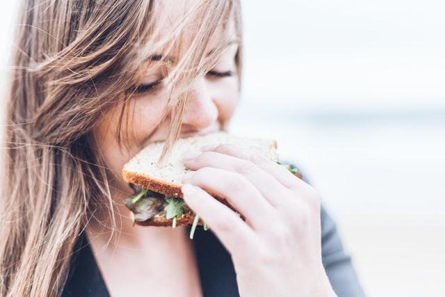 chica comiendo un sandwich